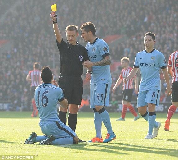 Tuy nhiên, có vẻ chính vì thế mà trọng tài đã không ngần ngại tặng cho siêu tiền đạo của Man City một chiếc thẻ vàng vì lỗi... ăn vạ. Mặc cho Aguero trình bày, quyết định vẫn được giữ nguyên.