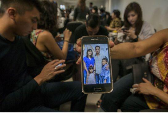 Bức ảnh của một gia đình trong máy điện thoại của người thân.