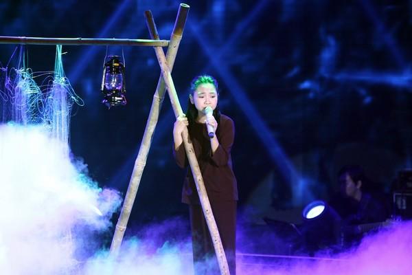 Thiên Nhâm diễn xuất nhập tâm vào bài hát Sa mưa giông