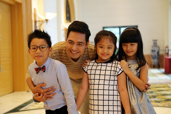 Các bé tham gia cùng bố (từ trái qua)bao gồm bé Hoàng Minh (con trai ca sỹ Hoàng Bách), bé Gia Anh (con gái nhạc sỹ Minh Khang, bé Bảo Anh (con gái MC Phan Anh)