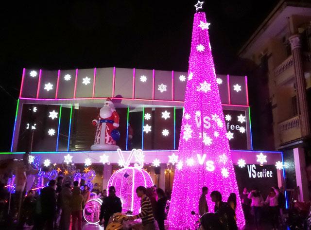 Không khí đêm Noel tràn ngập khắp các quán sá, đường phố ở Huế. (Ảnh: Nhân dân)