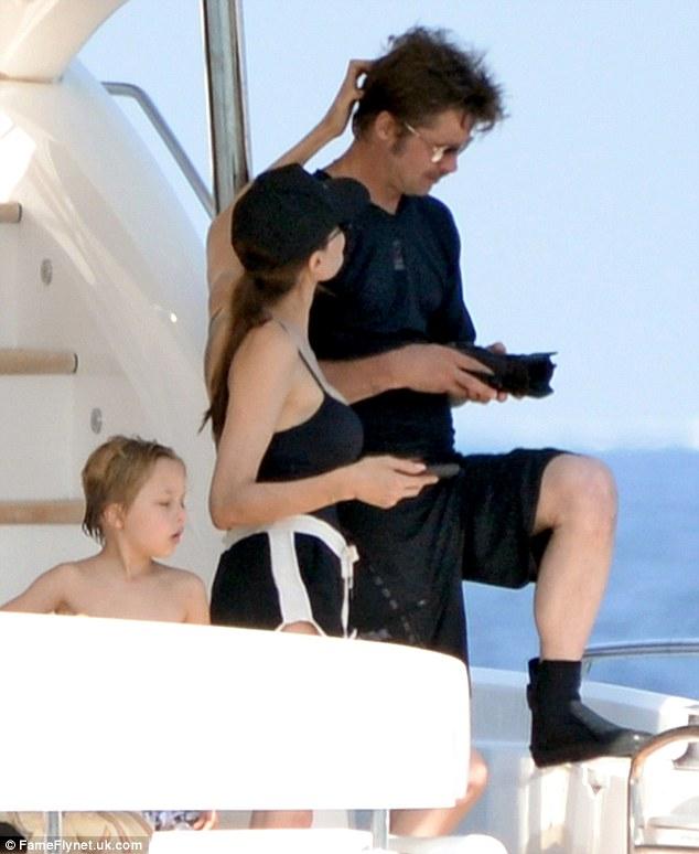 Cô dịu dàng vuốt tóc Brad Pitt