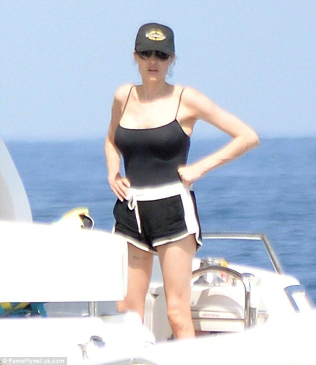 Angelina Jolie diện một bộ đồ thể thao thoải mái