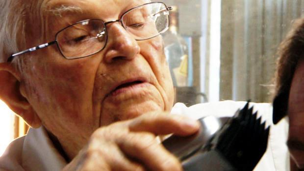 Ông Joe Brown, 98 tuổi có thâm niên làm thợ cắt tóc 70 năm tại Florida, Mỹ.