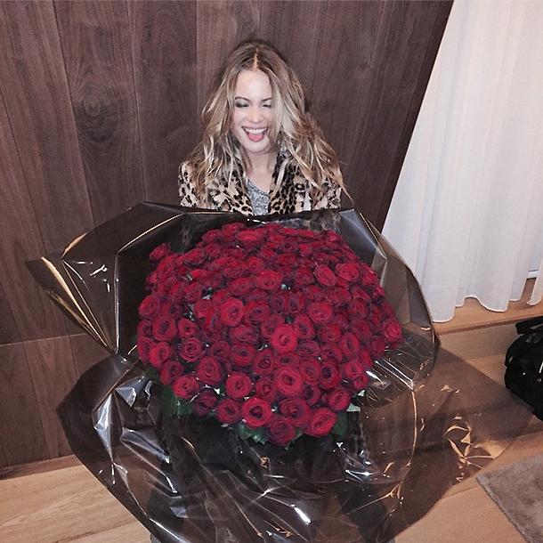 Behati và bó hồng đỏ vĩ đại cô nhận được từ Adam Levine sau khi kết thúc show diễn của Victorias Secret 2014.