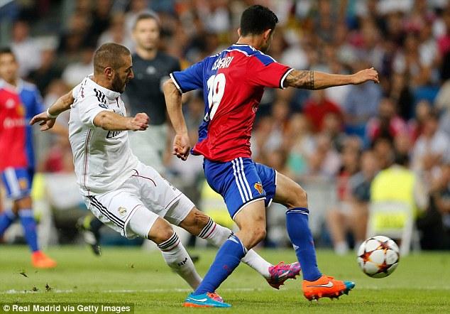 Pha ghi bàn ấn định tỉ số 5-1 trước FC Basel giúp Benzema lưu danh sử sách trong màu áo Real.