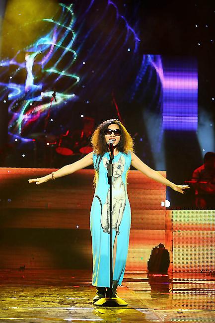 Nữ ca sĩ cá tính Đồng Lan với chiếc váy ấn tượng. Đồng Lan sẽ thể hiện ca khúc Trong ánh mặt trời của tác giả Phan Mạnh Quỳnh trong Bài hát Việt tháng 9.