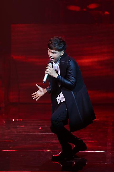 Nguyễn Trần Trung Quân xuất hiện lần thứ 2 trong liveshow tháng 11. Lần này Quân trở lại với ca khúc Lửa của tác giả Khắc Hưng.