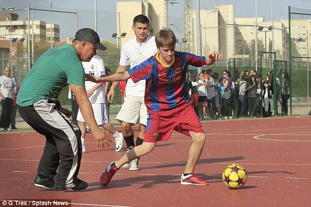 Jusstin Bieber từng xỏ giày chơi bóng ở trại tập huấn của Barcelona.