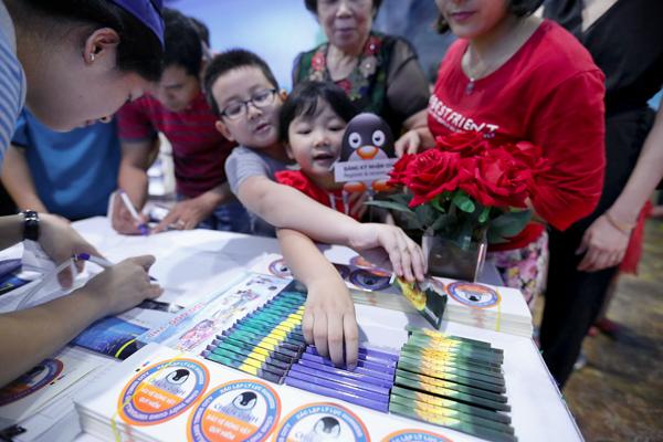 Các em nhỏ vui sướng là chiến binh nhí tham gia chiến dịch