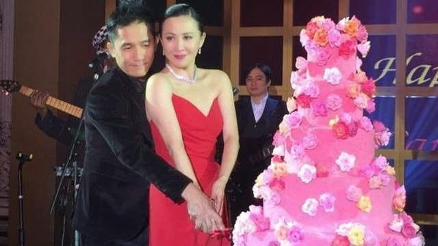 Vợ chồng Lương Triều Vỹ - Lưu Gia Linh cùng cắt bánh sinh nhật.