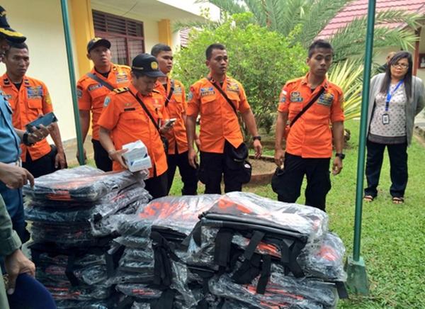 Các túi đựng thi thể chuẩn bị được chuyển tới Pangkal Bun. Ảnh: Twitter.