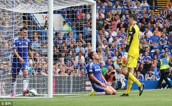 Terry (giữa) mở tỉ số trận đấu bằng bàn phản lưới nhà ở phút 11.