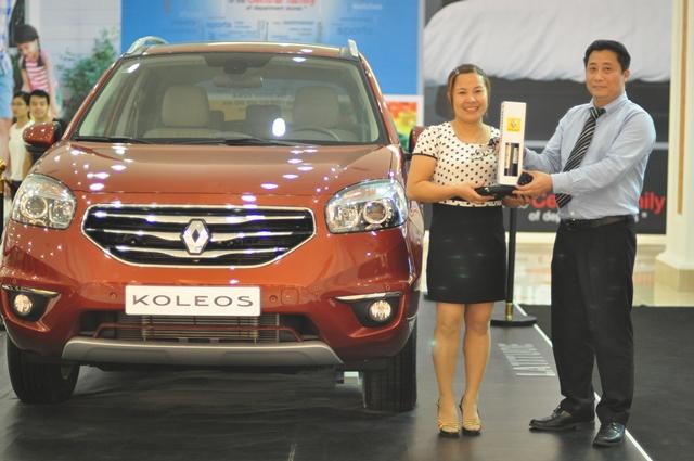 Chị Nguyễn Thị Cúc ở Bắc Ninh đã may mắn trúng xe ô tô trị giá 1,4 tỷ đồng trong Tuần lễ quốc khánh năm 2013