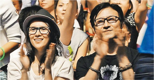 Chương Tử Di và Uông Phong xuất hiện trong một đêm nhạc.
