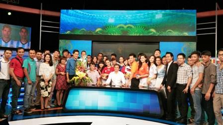 Tổng Giám đốc Đài THVN Trần Bình Minh chụp ảnh lưu niệm cùng toàn thể ê-kip sản xuất chương trình World Cup của Trung tâm SXCCTTT