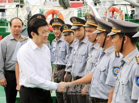 Chủ tịch nước Trương Tấn Sang đến thăm, tặng quà cán bộ, kiểm ngư viên Chi đội Kiểm ngư số 4 (Bộ Nông nghiệp và Phát triển nông thôn).