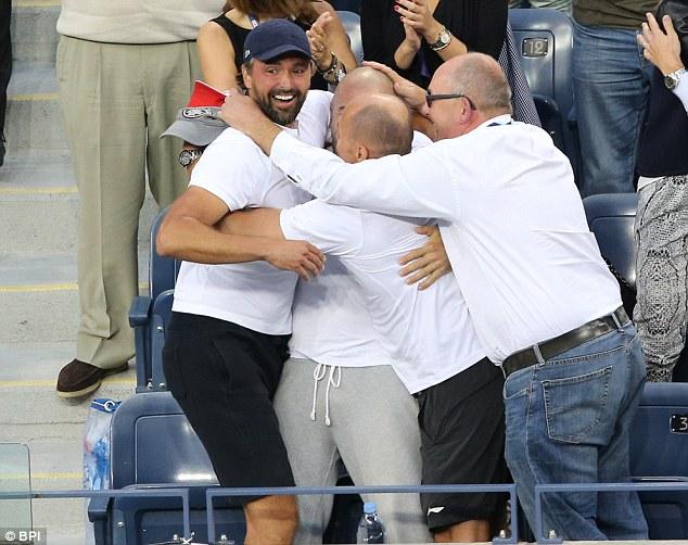 HLV Ivanisevic (trái) ăn mừng chiến thắng của cậu trò