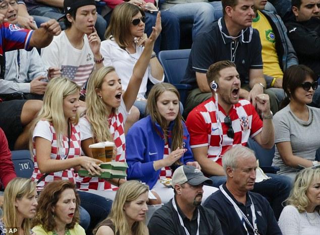 Các CĐV Croatia vừa thưởng thức bia vừa cổ vũ cho Cilic trên khán đài
