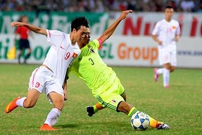 Công Phượng (trái) đã có màn trình diễn xuất sắc. Anh cùng với Văn Toàn trở thành hai mũi nhọn khiến hàng thủ U19 Nhật Bản có ngày làm việc vất vả. (Ảnh: VOV)