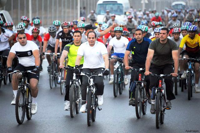 Al-Sisi đã mặc đồ thể thao và đạp xe xuống phố trong một chiến dịch khuyến khích người dân Ai Cập đi xe đạp.