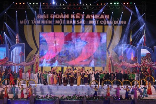 Màn múa Sạp đoàn kết trên nền nhạc của bài hát truyền thống ASEAN. (Ảnh: Làng Việt)