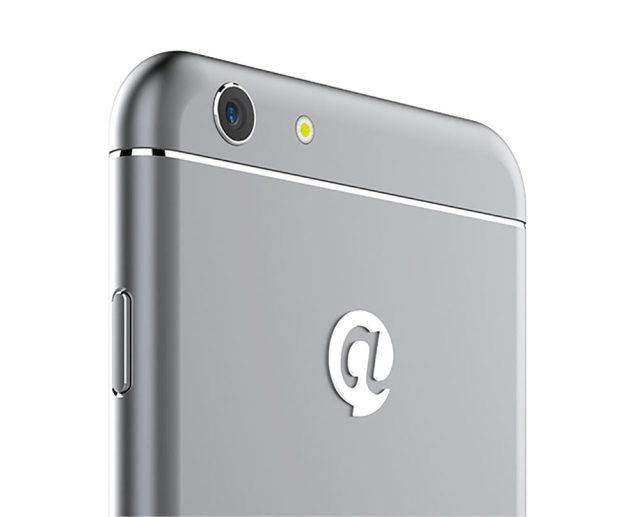 Điểm khác biệt rõ nhất giữa sản phẩm và iPhone 6 là logo nằm ở mặt sau của máy