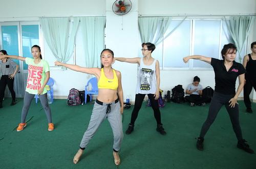 Có đến 2/3 tiết mục trong liveshow, Đoan Trang biểu diễn cùng vũ đoàn Hoàng Thông. Điều đó chứng tỏ áp lực của bà mẹ môt con rất lớn.
