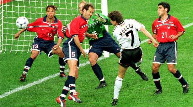 Thủ quân Dooley (số 5) của ĐT Mỹ trong trận thua ĐT Đức 0-2 tại World Cup 1998.