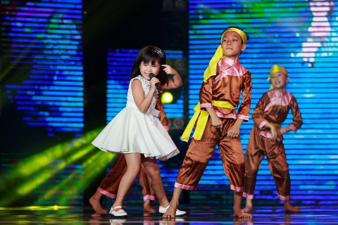Cô bé Quỳnh Đan nhận giải Trình diễn xuất sắc nhất