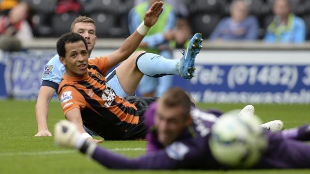 Dzeko trong tình huống sút chéo góc đập chân hậu vệ Hull City đưa bóng bay vào lưới nâng tỉ số lên 3-2.