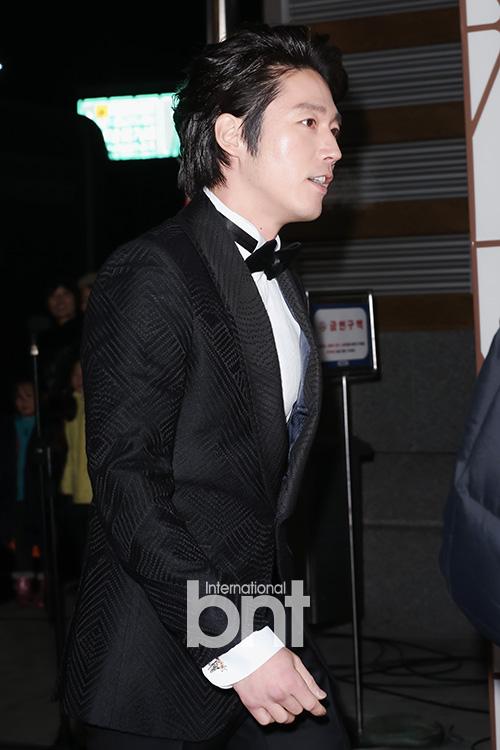 Tài tử Jang Hyuk nam tính với kiểu tóc vuốt ngược và bộ vest đen lịch lãm
