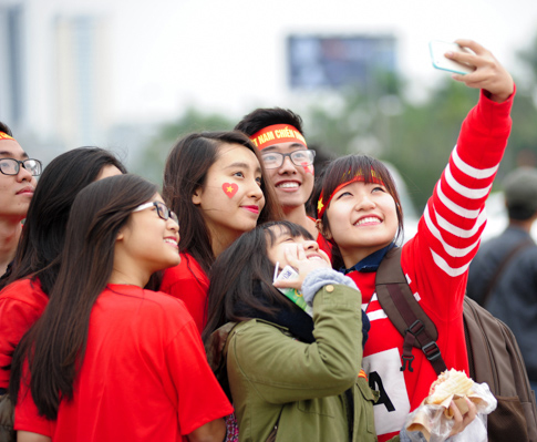 Các nữ CĐV xinh đẹp chụp ảnh selfie trước trận bán kết lượt về (Ảnh: Tiiin)