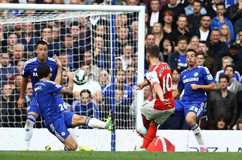 Arsenal không được công nhận một quả penalty khi Cesc Fabregas để bóng chạm tay trong vòng cấm Chelsea.