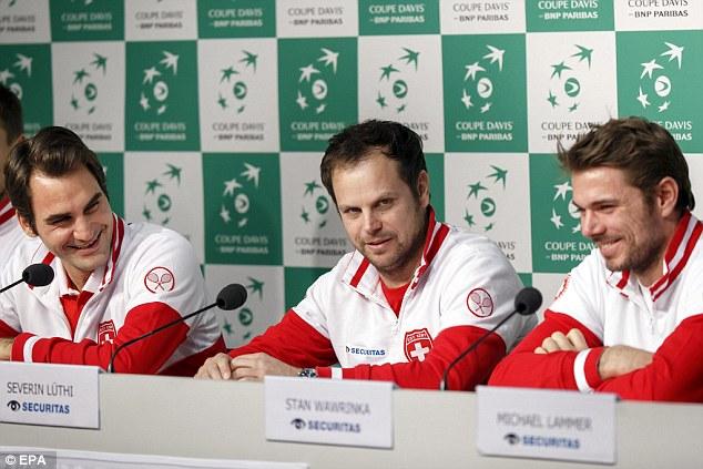Federer (trái) và Wawrinka (phải) tươi cười dự họp báo trước thềm chung kết Davis Cup 2014.