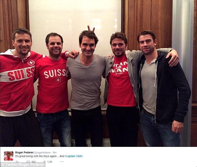 Bức ảnh Federer đăng trên trang cá nhân:Federer (giữa) và Wawrinka (thứ hai từ phải sang) đứng sát cạnh nhau trong phong thay đồ