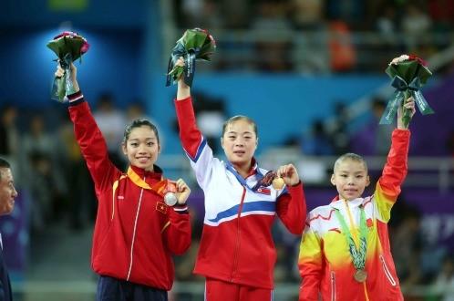 Hà Thanh (trái) xuất sắc mang về tấm HCB cho thể thao Việt Nam. (Ảnh: N.K/ Tuổi trẻ)