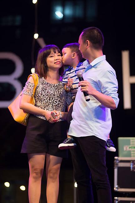 Một hình ảnh hết sức dễ thương của nhạc sĩ Nguyễn Hải Phong trên sân khấu gala Bài hát Việt.
