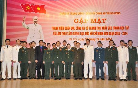 Lãnh đạo Bộ Công an và Tổng cục Chính trị Quân đội nhân dân Việt Nam chụp ảnh lưu niệm với các đại biểu tại buổi gặp mặt (Ảnh: Đào Hồng/Báo QĐND)
