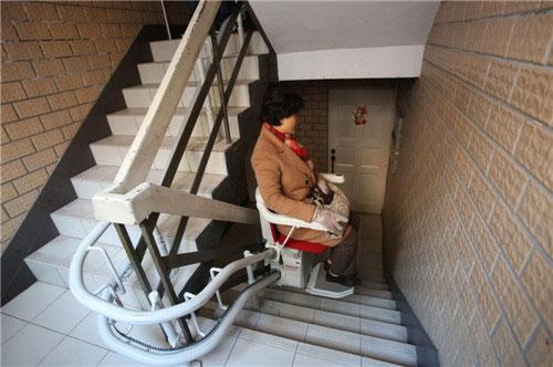 Hệ thống đường ray được lắp vào tay vịn cầu thang để di chuyển chiếc thang máy ghế