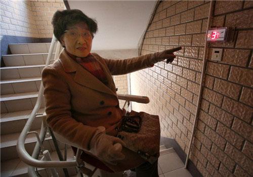 Bảng điều khiển được lắp đặt tại mỗi chiếu nghỉ của tòa nhà
