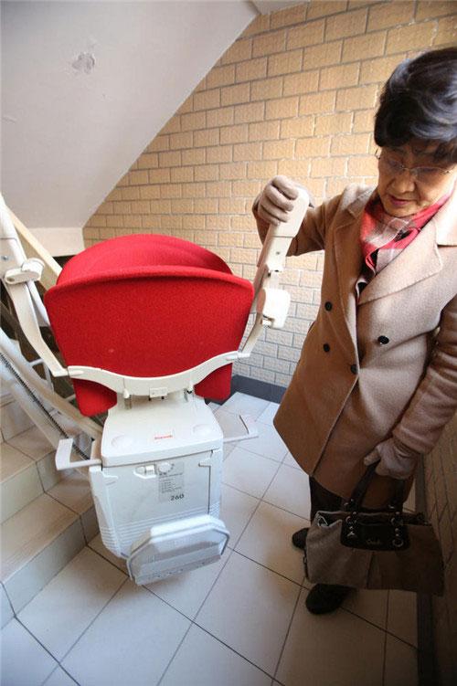 Ghế thang máy được trang bị dây đai để đảm bảo an toàn cho người dùng