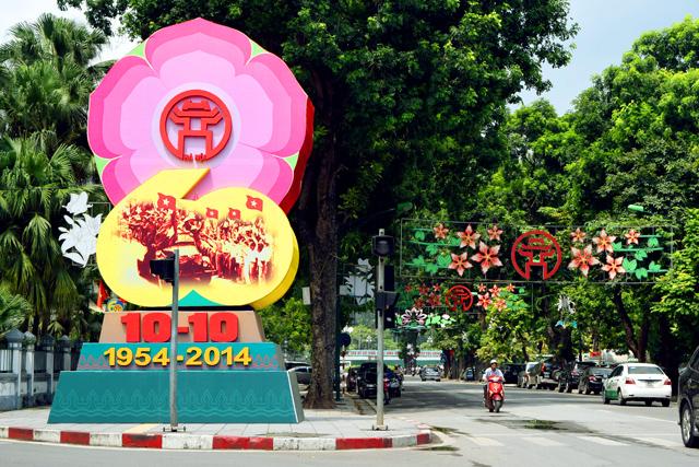 Một cụm trang trí trên phố Điện Biên Phủ - con phố mang tên địa danh gắn liền với sự kiện giải phóng Thủ đô (Ảnh: Phụ nữ today)