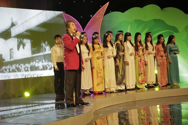 NSND Quang Thọ thể hiện ca khúc Người là niềm tin tất thắng