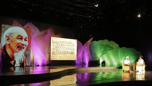 Sân khấu chương trình được thiết kế giản dị, gần gũi