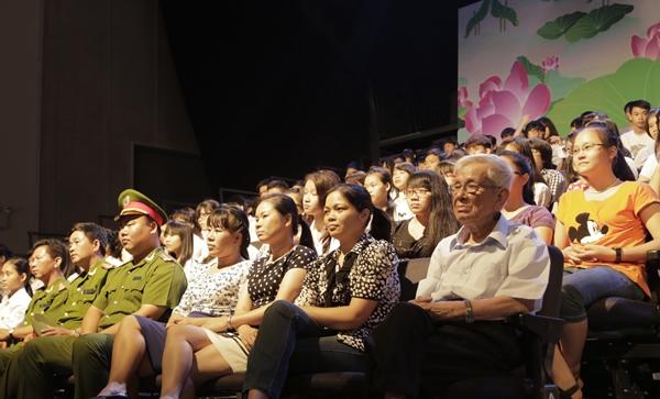 Rất đông khán giả có mặt tại buổi ghi hình chương trình giao lưu nghệ thuật Theo dấu chân Người
