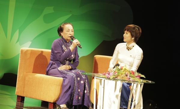 Cô Triệu Thị Kim Tặng (Thái Nguyên) - cô nữ sinh 13 tuổi được gặp Bác 2 lần và đích thân đeo khăn quàng đỏ cho Người - chia sẻ cảm xúc trong buổi giao lưu