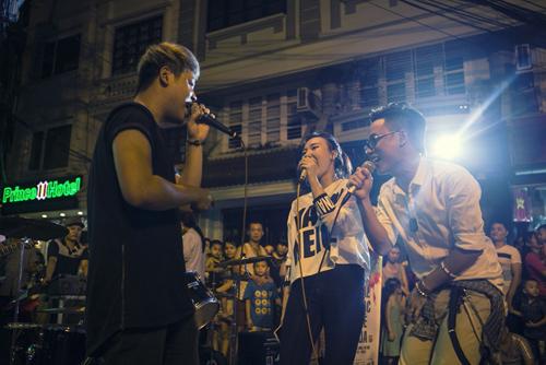 Ca sĩ Dương Trần Nghĩa, Phương Linh và Trúc Nhân biểu diễn trên đường phố trong buổi tối 28/9 - một trong những hoạt động hâm nóng của Lễ hội âm nhạc Gió mùa.