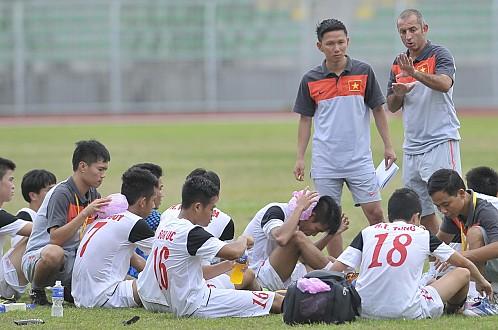 HLV Guillaume Graechen cho các cầu thủ tập nhẹ trước trận đấu với U19 Nhật Bản