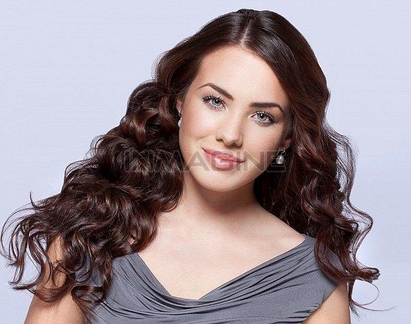 Uốn xoăn là một cách giúp tóc có vẻ dày hơn. (Ảnh minh họa)